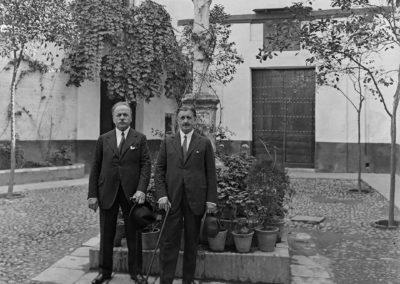 Serafín Álvarez Quintero en la plaza de Santa Marta. 1929