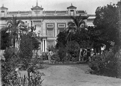 Trabajando en los jardines de la Plaza del Triunfo